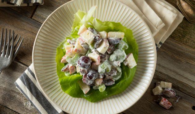 Вальдорфский салат с яблоками, виноградом и сельдереем