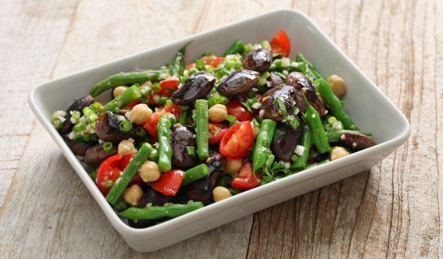 Салат с фасолью, нутом и помидорами