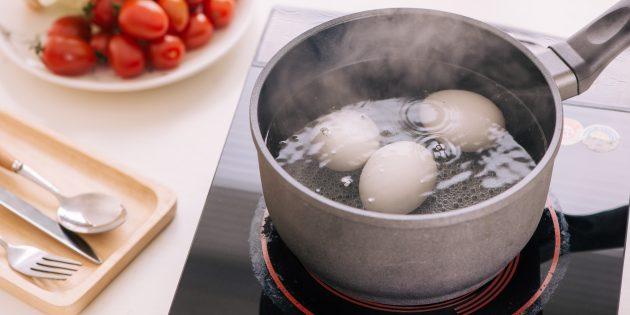 Как и сколько варить яйца всмятку на плите