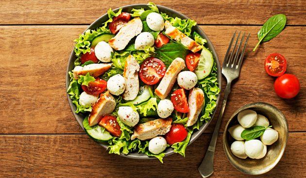 Салат с индейкой, помидорами и моцареллой