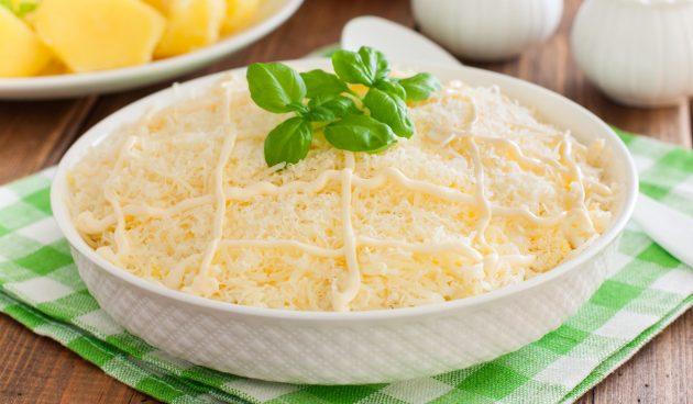 Слоёный салат с со свининой, яйцами, картошкой и сыром