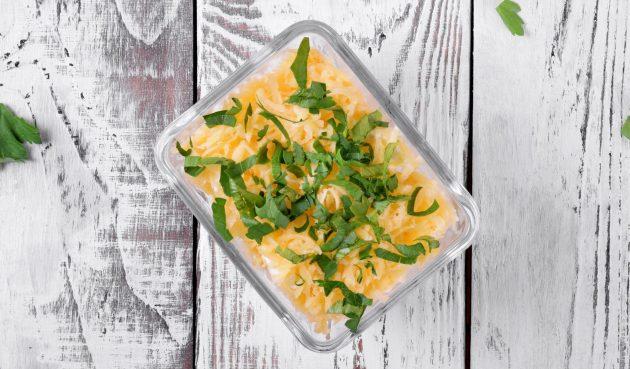 Слоёный салат со шпротами, сыром и яйцами