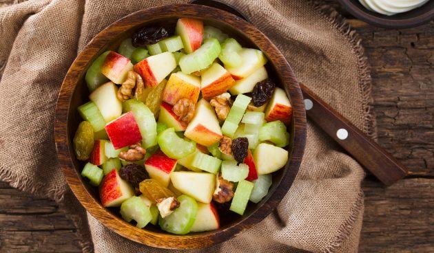 Салат с сельдереем, яблоком, изюмом и орехами