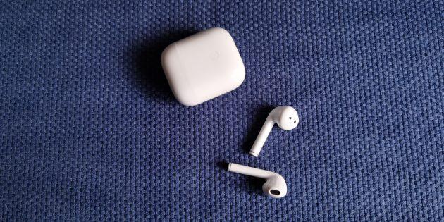 Наушники Realme Buds Air: вкладыши выполнены из белого глянцевого пластика и оборудованы «ножками»