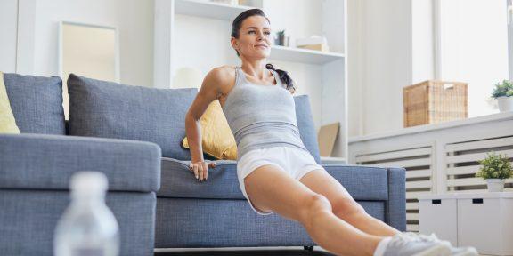 Тренировка дня: прокачайте всё тело, не отходя от дивана