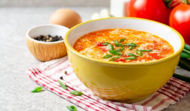 Лёгкий куриный суп с яйцами и помидорами