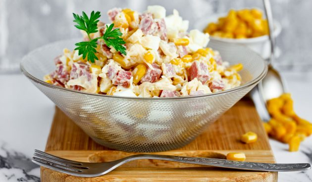 Салат с копчёной колбасой, кукурузой и сыром