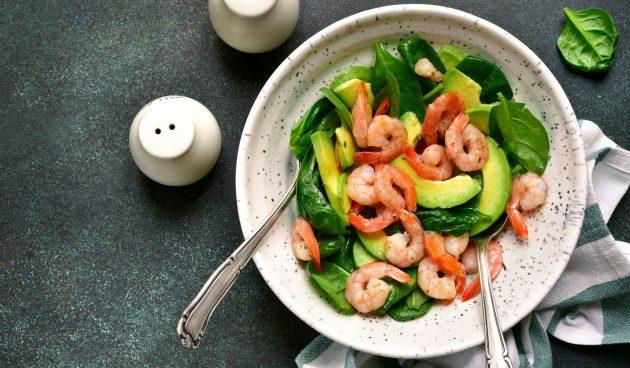 Салат с авокадо, шпинатом и маринованными креветками