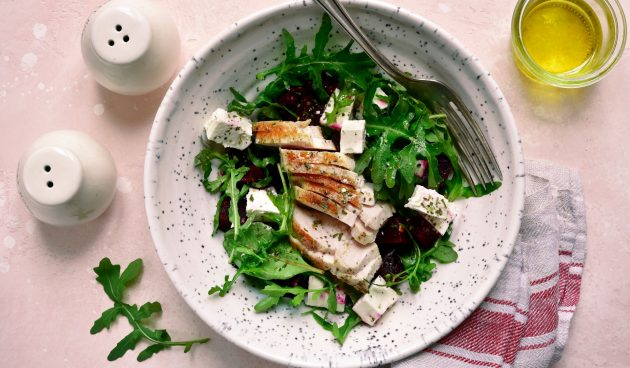 Салат с курицей, фетой, свёклой и горчично-соевой заправкой