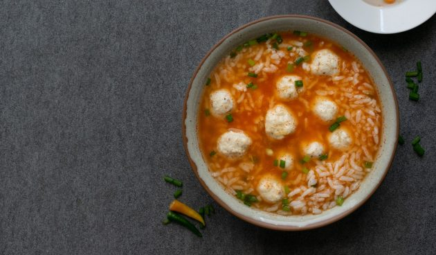 Диетический суп с фрикадельками, рисом и помидорами