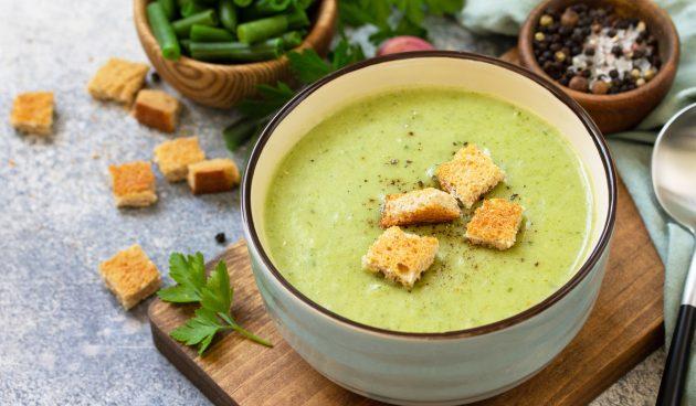 Суп со стручковой фасолью, беконом и сыром