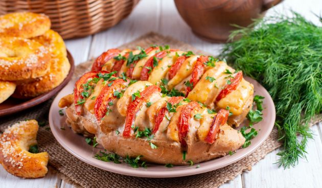 Запечённые куриные грудки с помидорами и сыром в духовке