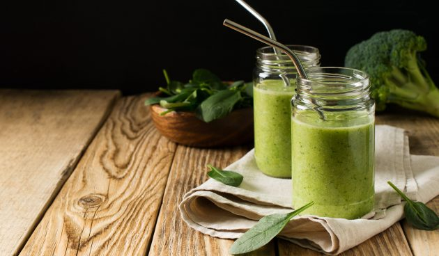 Зелёный смузи с сельдереем, шпинатом, брокколи и бананом