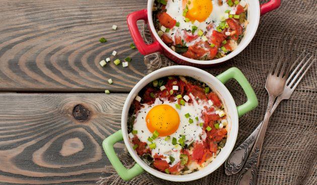 Яичница со шпинатом и помидорами, запечённая в духовке