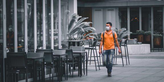 Опасно ли посещать публичные места и семейные праздники во время пандемии: мнение эксперта