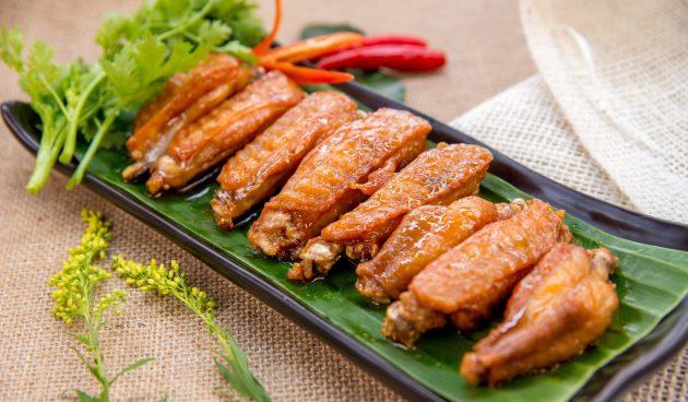 Куриные крылышки с рыбным соусом на сковороде