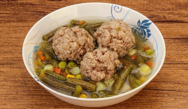 Суп с говяжьими фрикадельками, кукурузой и стручковой фасолью