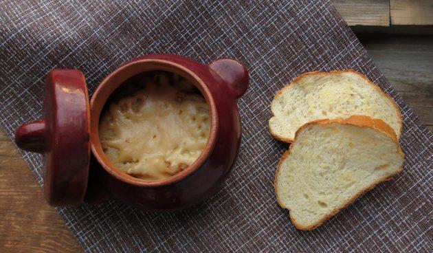 Треска со сметаной и сыром в горшочках