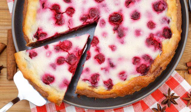 Пирог с малиной и сметаной