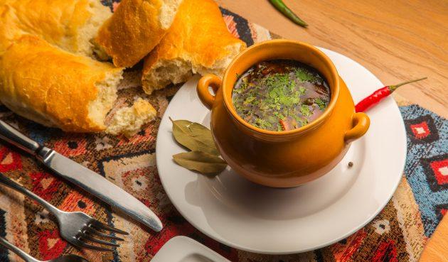 Острый суп с говядиной в горшочках