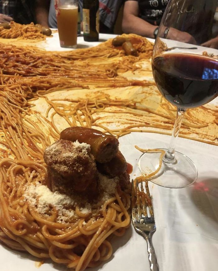 спагетти на столе