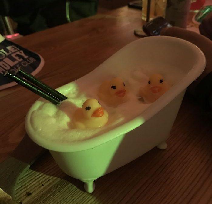 подача коктейля в ванночке