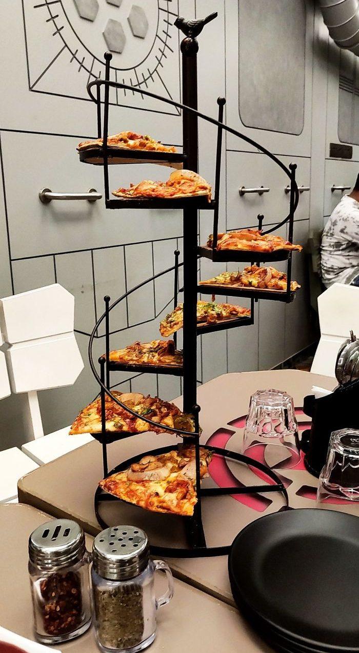подача пиццы на лестнице