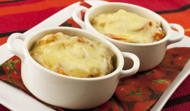 Картошка с фаршем, помидорами и сыром в горшочках