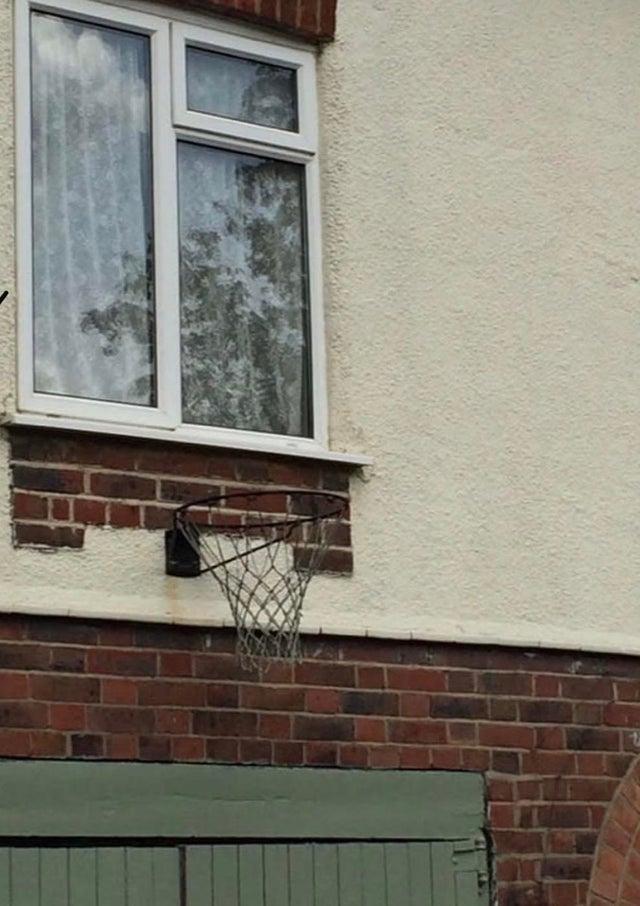 баскетбольное кольцо под окном