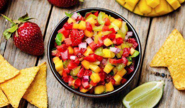 Сальса из манго и клубники