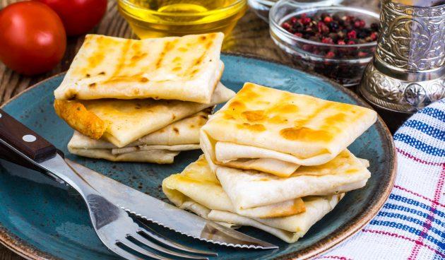 Конверты из лаваша с колбасой и сыром, запечённые в духовке