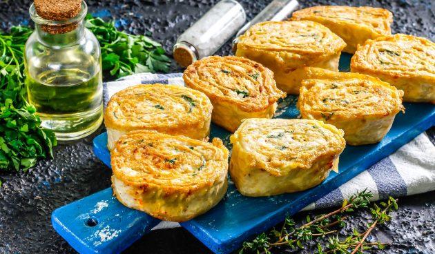 Жареные рулеты из лаваша с курицей и плавленым сыром