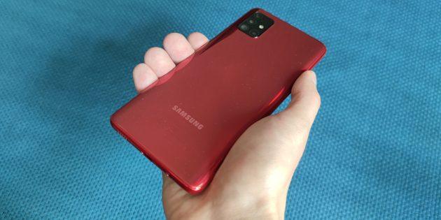 Samsung Galaxy A51 в руке
