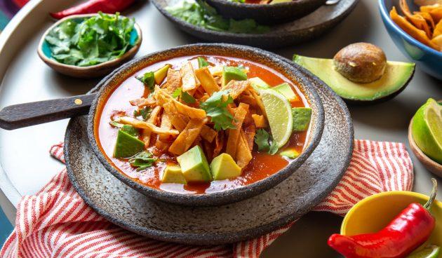 Мексиканский томатный суп с курицей, кукурузой и тортильями