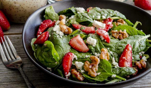 Салат с клубникой, шпинатом, орехами и сыром фета