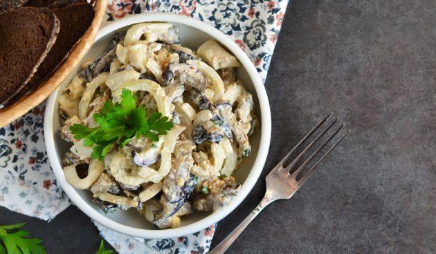 Салат с кальмарами, грибами и яйцами