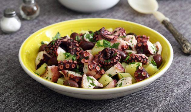 Тёплый салат с осьминогом и картофелем