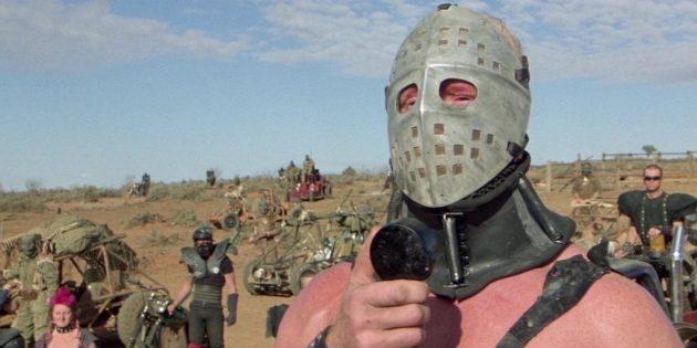 Кадр из фильма «Безумный Макс — 2: Воин дороги»
