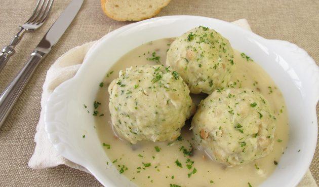 Немецкие хлебные клёцки в грибном соусе
