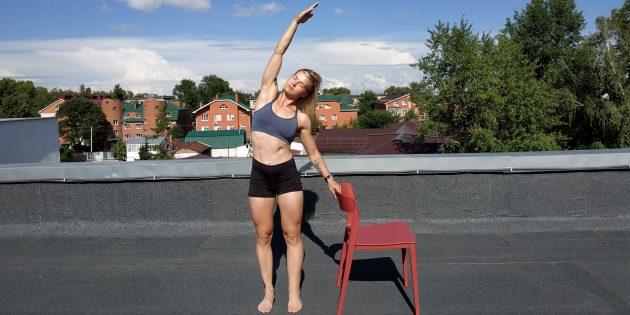 Простые упражнения йоги: наклон вбок