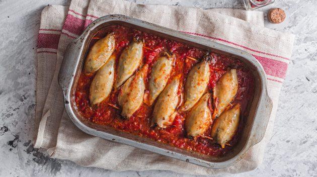 Кальмары, фаршированные рисом, чоризо и помидорами