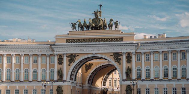 Вопрос из шоу «Слабое звено»: какое здание на Дворцовой площади Санкт-Петербурга украшено аркой с колесницей богини Ники