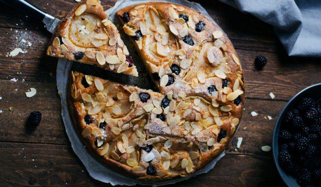 Пирог с грушами, ежевикой и миндалём