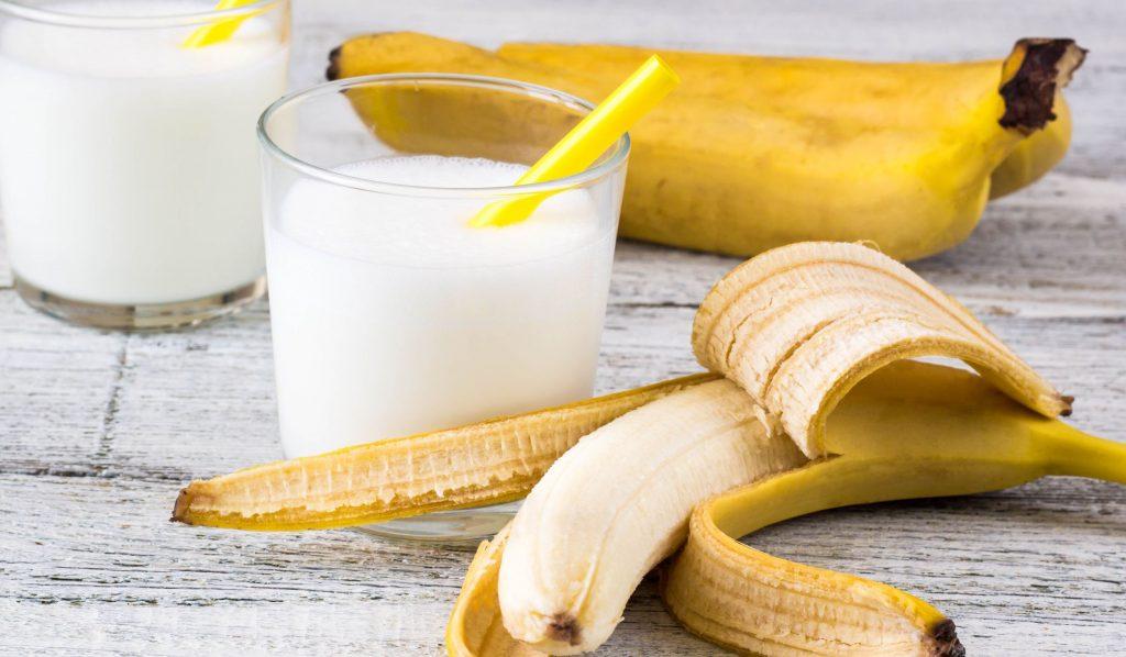 Milkshake with banana, honey and cardamom