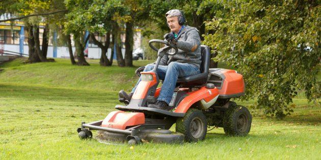 чем косить траву на даче: райдеры и мини-тракторы