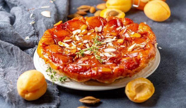 Перевёрнутый пирог из слоёного теста с абрикосами
