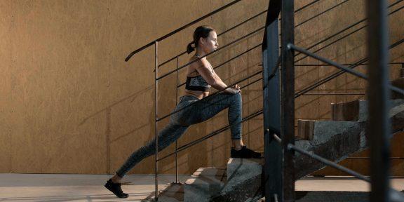 Тренировка дня: комплекс на лестнице для стройных бёдер