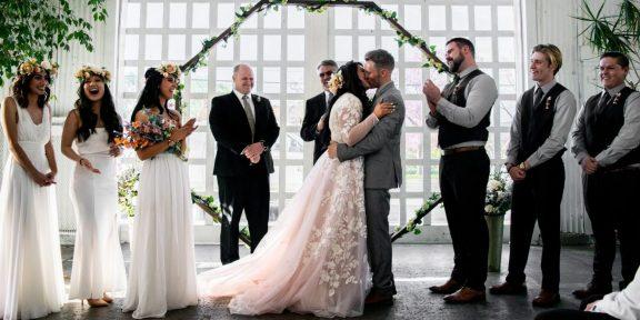 Белое платье, фата и подвязка: откуда взялись свадебные традиции