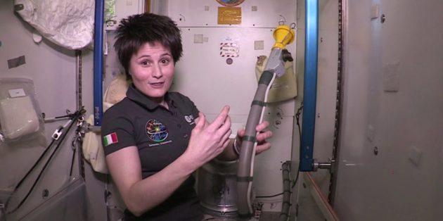 Саманта Кристофоретти в космическом туалете