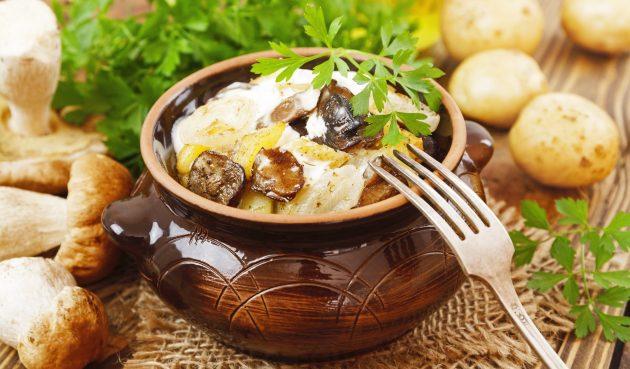 Картошка с лесными грибами в горшочках